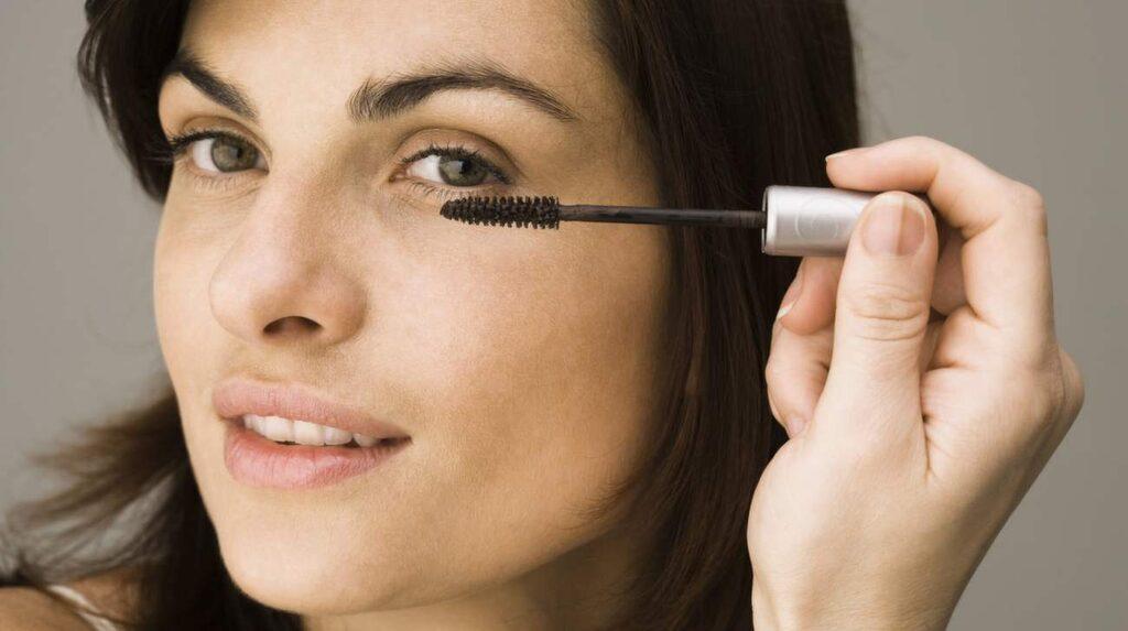 Använd aldrig en torr mascara – den kommer att smula även om du sätter i vatten.