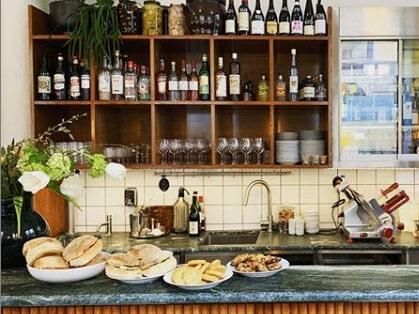 Drinkar, vin, chark och pickles. Prova gärna nya Schmalz, tipsar Allt om Vins krogexpert Mikael Mölstad.