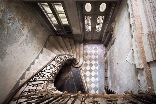 """""""På 90-talet var den här vackra trappan fortfarande full av liv.  Men efter att den blivit övergiven kollapsade delar av den och den blev snabbt försummad"""" skriver Roman Robroek på sin instagram. Bilden är tagen i Frankrike."""