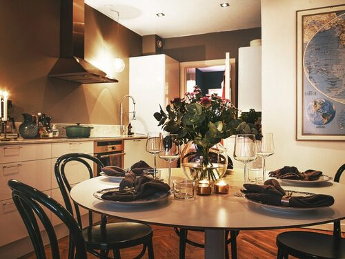 Vill man sänka den ekonomiska risken om man väljer att renovera kök innan försäljning kan man nöja sig med att lacka skåpsluckor och byta bänkskiva, blandare och kakel.