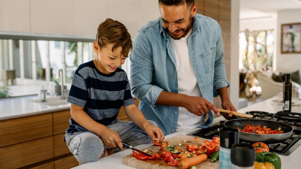 Det finns mycket vi kan göra i hemmet för att dra ner på energislöseriet, som att äta mer grönt.