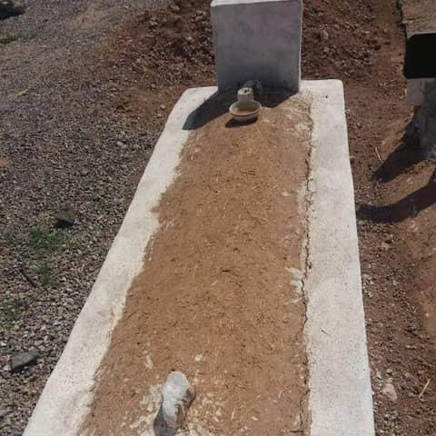 Taha Alfarhani är begravd Marocko. Röd sand omger hans gravsten.
