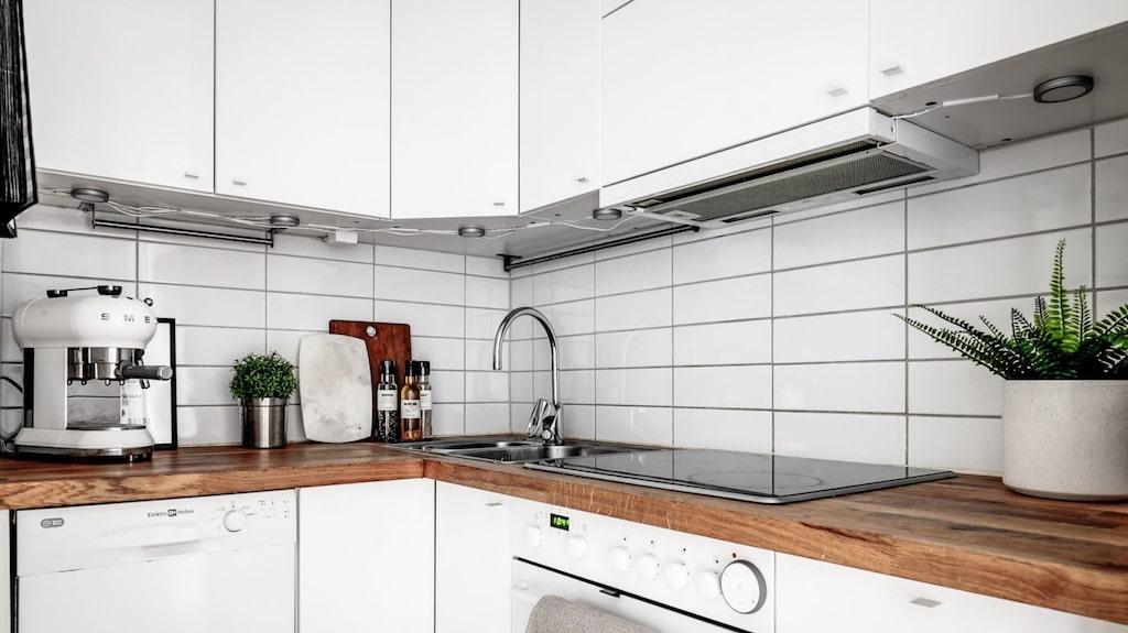 Köket har vita skåpsluckor och är utrustat med kyl och frys, fläkt, ugn, mikro, diskho, diskmaskin samt spis.