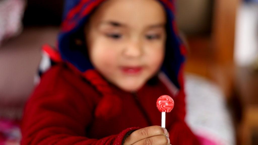 Blir barn speedade av socker? Och är det bättre att ge dem naturgodis framför färgglatt lösgodis? Dietisten svarar.