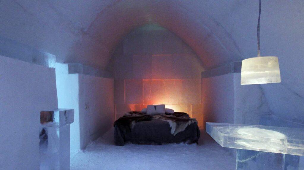 På Icehotel kan ni kura ihop er och värma varandra under ett renskinn.