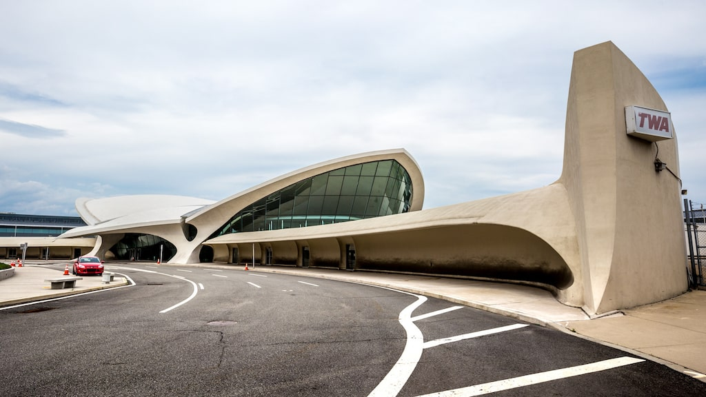 Den här ljusa byggnaden var det amerikanska flygbolaget TWA:s terminal fram till och med oktober 2001. Nu är den totalrenoverad och omgjord till ett hotell med inspiration från 1960-talet.