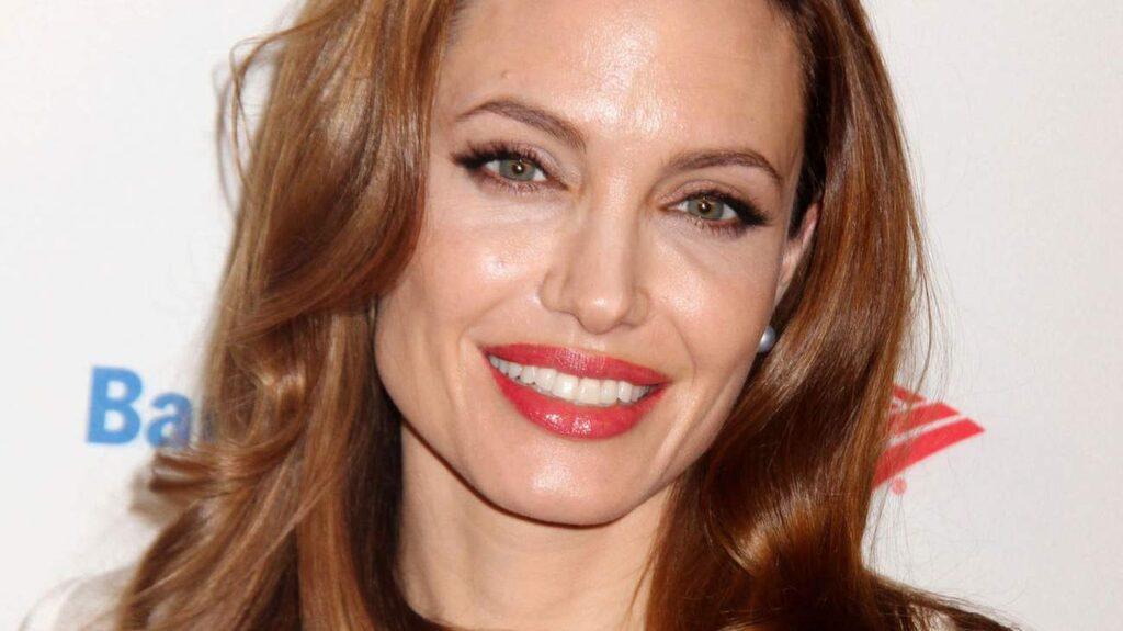 <strong>Angelina Jolie</strong> startar alltid sin dag med lite mer en än sked med kokosolja och en handful flingor, enligt Grazia Daily.