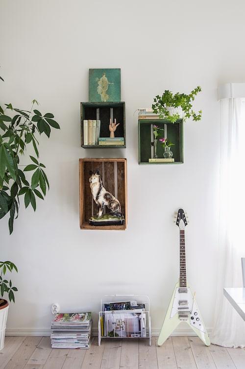 Intill matsalsbordet pryds väggen av träbackar som Cornelias mamma haft som barn. Här skapas varierande stilleben med hjälp av porslinsfigurer, växter och böcker.