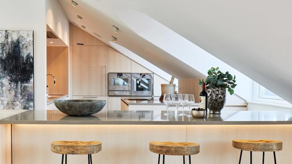 Köket är arkitektritat och materialvalen genomgående exklusiva.