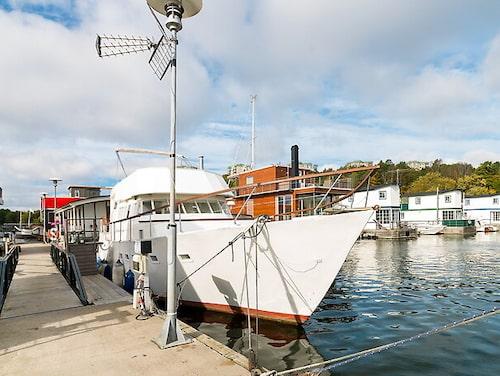 Har du flyt kan du lägga beslag på husbåten i Pampas Marina i Solna som nu är till salu.