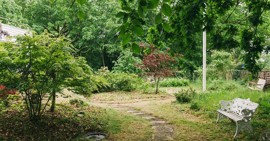 Trädgården på 2242 kvadratmeter har riklig grönska med japansk trädgård, vackert kuperad gräsmatta och en lekstuga, även den ritad av Josef Frank.