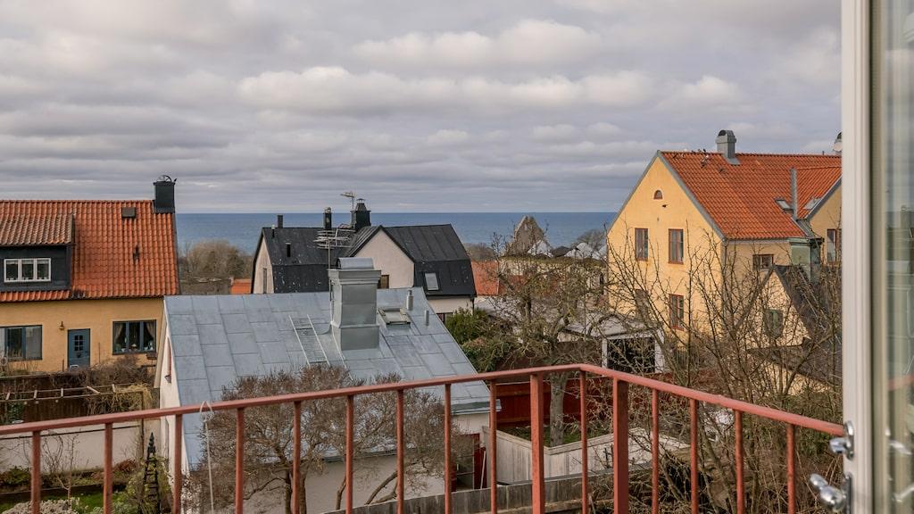 Från balkongen och 1800-talshusets övervåning har man utsikt ut mot Östersjön.