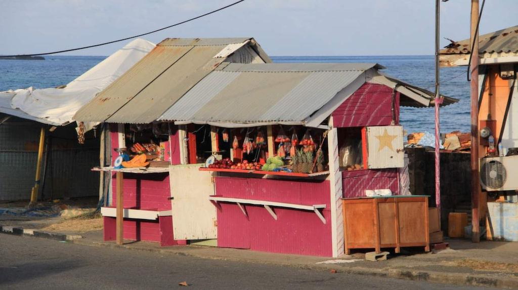 Fruktstopp. Kiosken är lika färgsprakande som frukten som säljs där.
