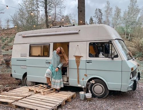 """""""Jag är delvis uppväxt i en buss då min pappa bodde i en sådan. Föräldrarna var skilda men när jag bodde hos pappa var det i bussen så det är inte helt nytt för mig. Vi åkte runt på festivaler och liknande"""", berättar Amalia."""