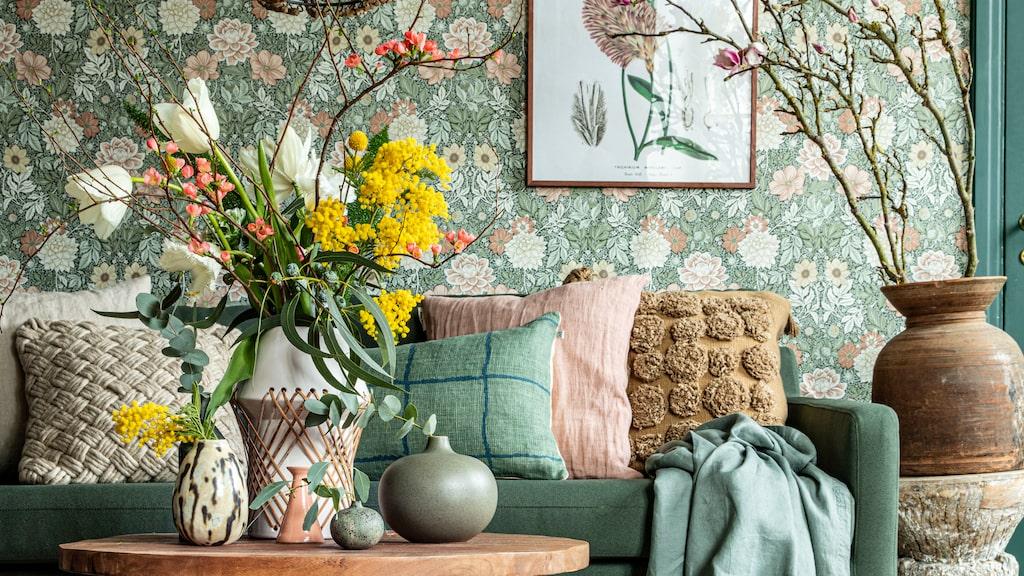 Skapa vårkänsla i vardagsrummet med blommor och dova pasteller.