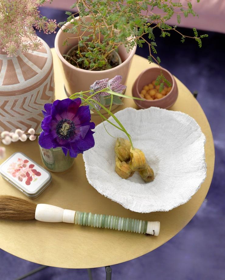 Japansk pensel, 495 kronor, Floristkompaniet. Rosa skål, 395 kronor, AEO Studio. Vit stor skål, 599 kronor, The sofa store. Metallask med pastiller, 39 kronor, Sköna ting. Grön liten vas, 165 kronor, Inreda.