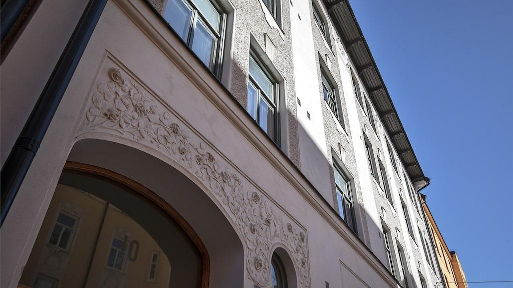Utsidan på fastigheten i Vasastan, fina dekorationer i fasaden.