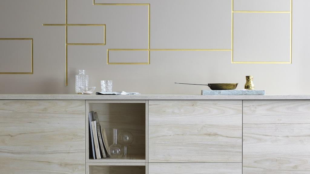 Askersund fronter. Ikea utökar sitt kökssortiment med en blond front med modernt uttryck. De ger hemmet en ljus skandinavisk stil samtidigt som den slitstarka ytan i melamin gör den motståndskraftig mot repor och fukt. Lådfront 109 kr/st (B60×H40cm). Dörr 189 kr/st (B60×H80cm).