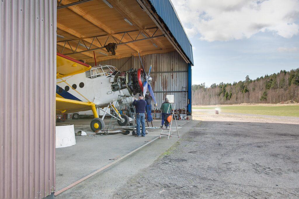 Den stora hangaren är på 500 kvadratmeter varav den uppvärmda verkstaden är cirka 120 kvadrat. Den mindre hangaren får plats med en mindre flygmaskin och det finns även en nedplockad extra stålhangar.