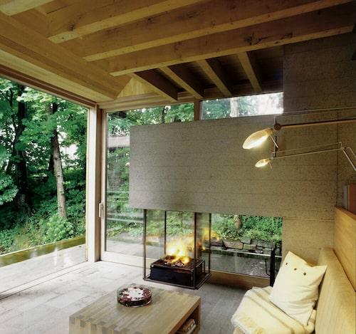Insidan i massiv ek och öländsk kalksten rymmer kök, sociala ytor, en bastu och ett sovrum.