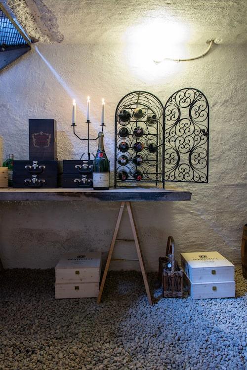 Sovi och David är mycket intresserade av vin och har byggt en vinkällare i ett av uthusen. Trappan är specialbeställd från Vytab i Vingåker.