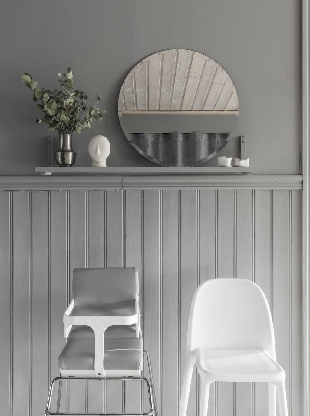 Väggar och pärlspont är målade i samma grå nyans. Barnens stolar är Ikeas Urban av Carl Öjerstam samt Brio Grow som har slutat tillverkas.