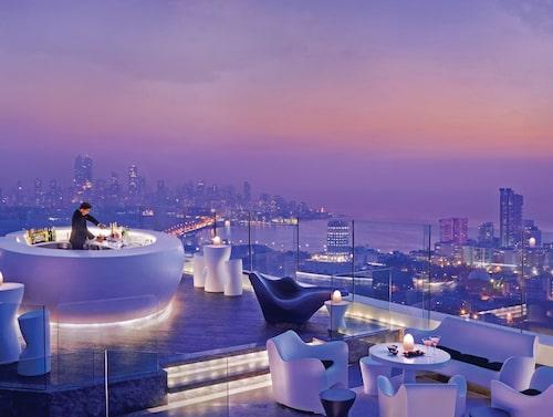 Ta en cocktail i solnedgången i takbaren på Four Seasons Hotel Mumbai.