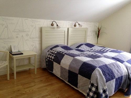 Rummen på Utö värdshus går i marin stil.