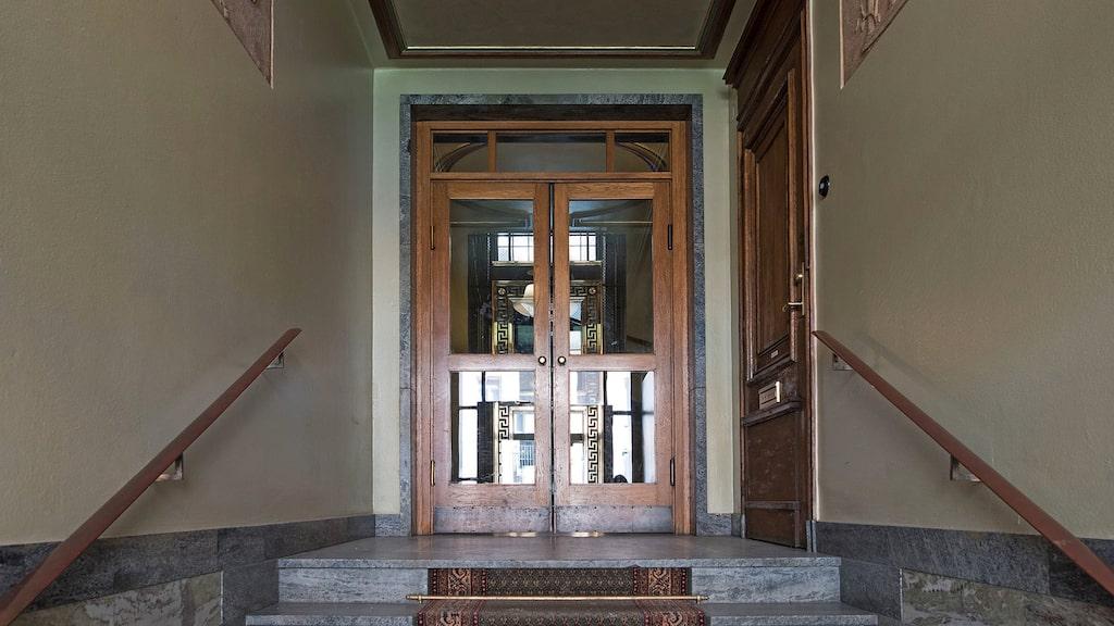 Den pampiga entrén leder in till Rikard Wolffs drömvåning som han tyvärr aldrig hann att flytta in i...