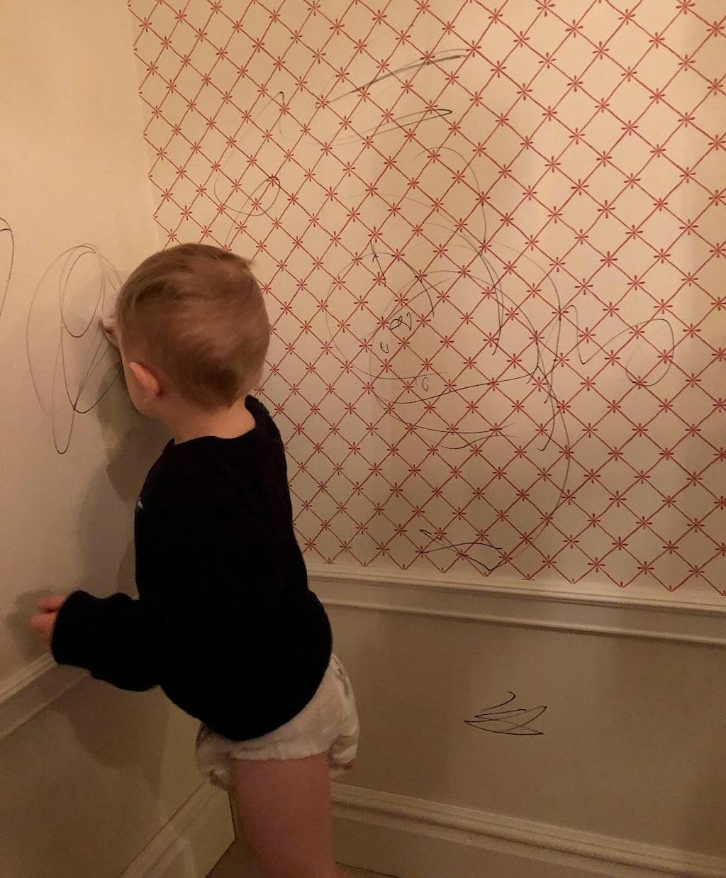 Under en middagsbjudning gick Oliver loss på vännernas vägg med en whiteboardpenna.