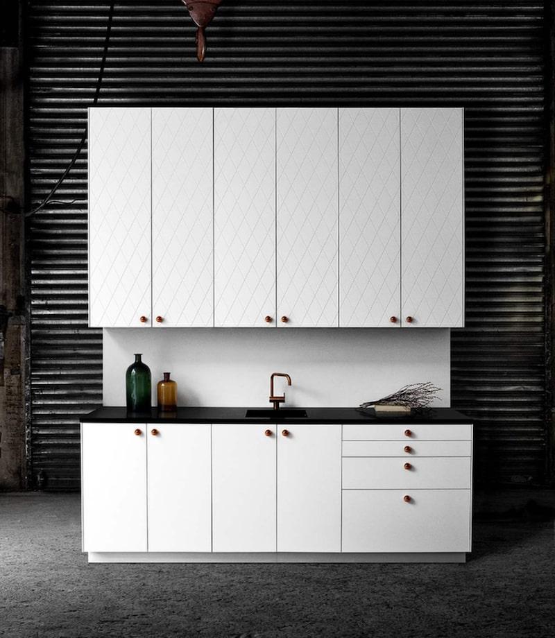 Nya luckor. Stommar från Ikea, men luckor, beslag och ben från Superfront som specialiserat sig på att göra nya kök av Ikeastommar, 21 190 kronor.
