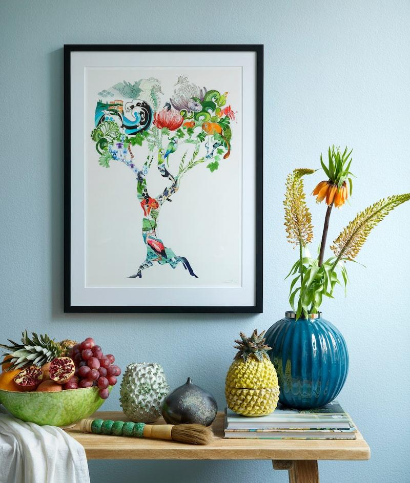 """Motivet """"Djungelträd"""" av Anna Handell föreställer ett helt kretslopp och ekosystem, i ett och samma träd."""