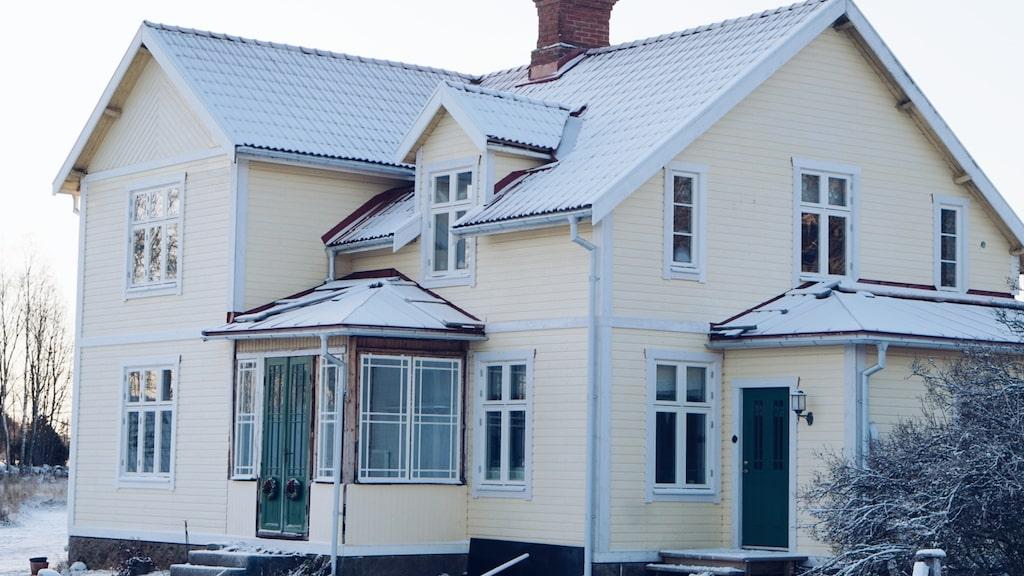 Efter 2,5 års renovering såg huset ut så här – stor skillnad mot förfallet som det var när Lisa Petersson och Gusten Lantz köpte det.