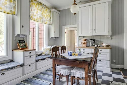 Köket är platsbyggt och är såväl charmerande som praktiskt.