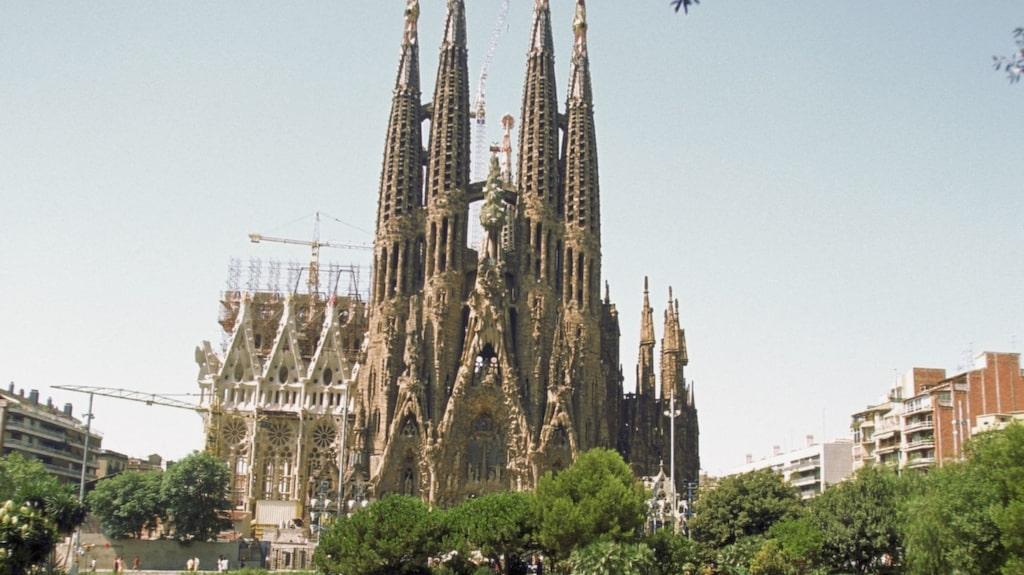 På en vägg i La Sagrada Família finns ett korsliknande rutmönster.
