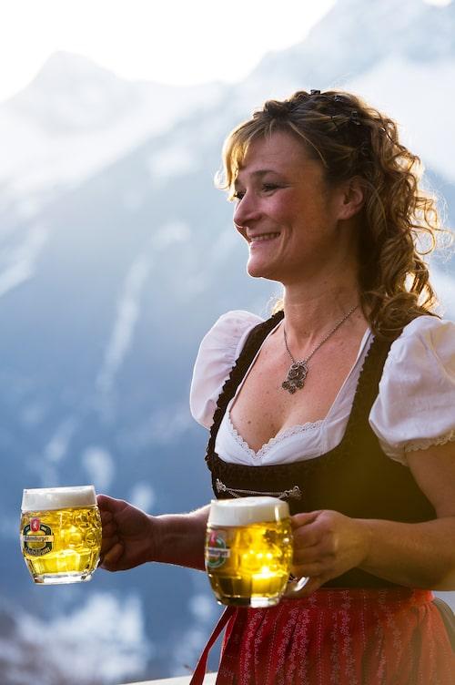 """En servitris klädd i den traditionella sydtyska och österrikiska dräkten """"dirndl""""."""