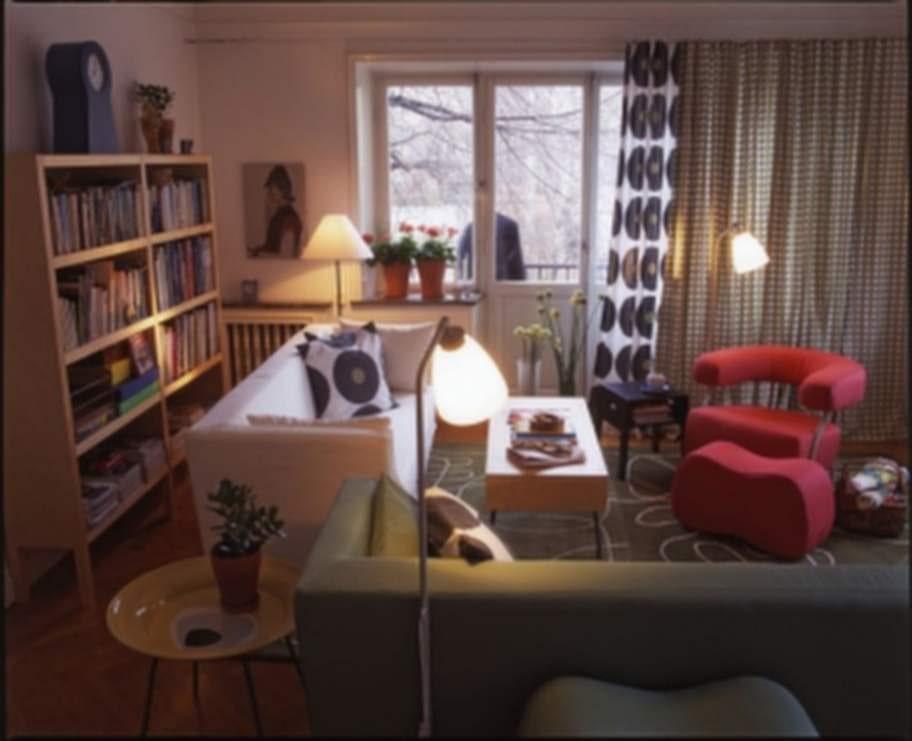 1995 lanserade Ikea den första PS-kollektionen i samband med möbelmässan i Milano. Med möbler och prylar av bland annat Thomas Sandell så gjorde den succé. Här syns bland annat Thomas Erikssons fåtölj ur 1995-års PS-kollektion.