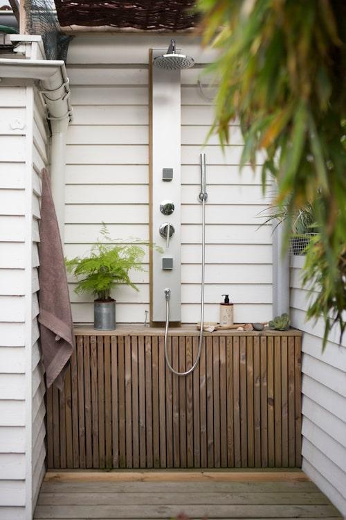 Senaste tillskottet i trädgården är den mysiga uteduschen, placerad i en nisch utmed trädäckets väg ner till arbetshörnan. Gott om plats och bra avställningsytor gör duschen extra användarvänlig.