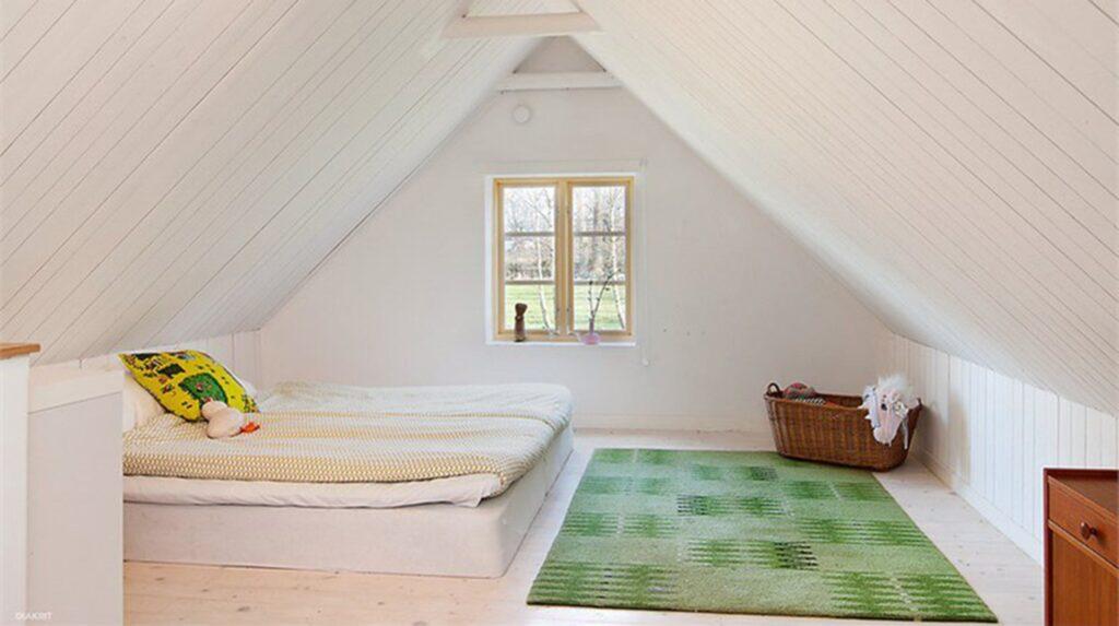 Ett av sovrummen på övre plan.