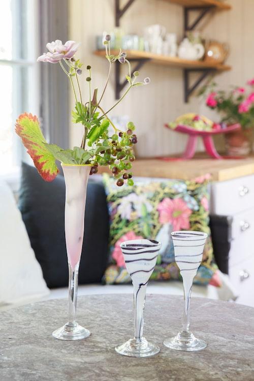 Höga stiliga glas smyckade med druvklasar från trädgården.