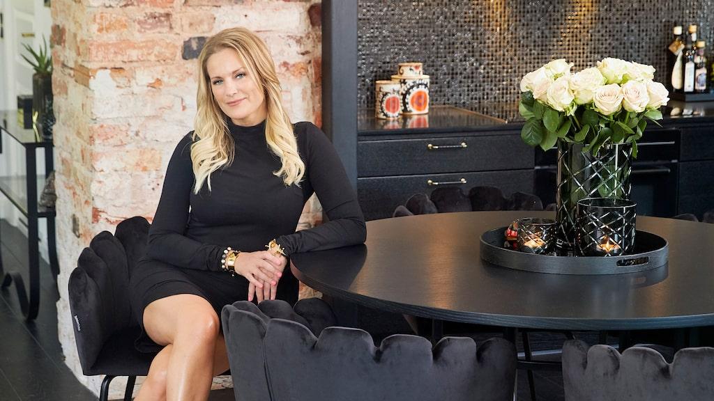 Radio- och tv-profilen Laila Bagge har startat en ny karriär som möbeldesigner. Köksbordet och stolarna har hon skapat tillsammans med möbeldesignern Daniel Johansson.