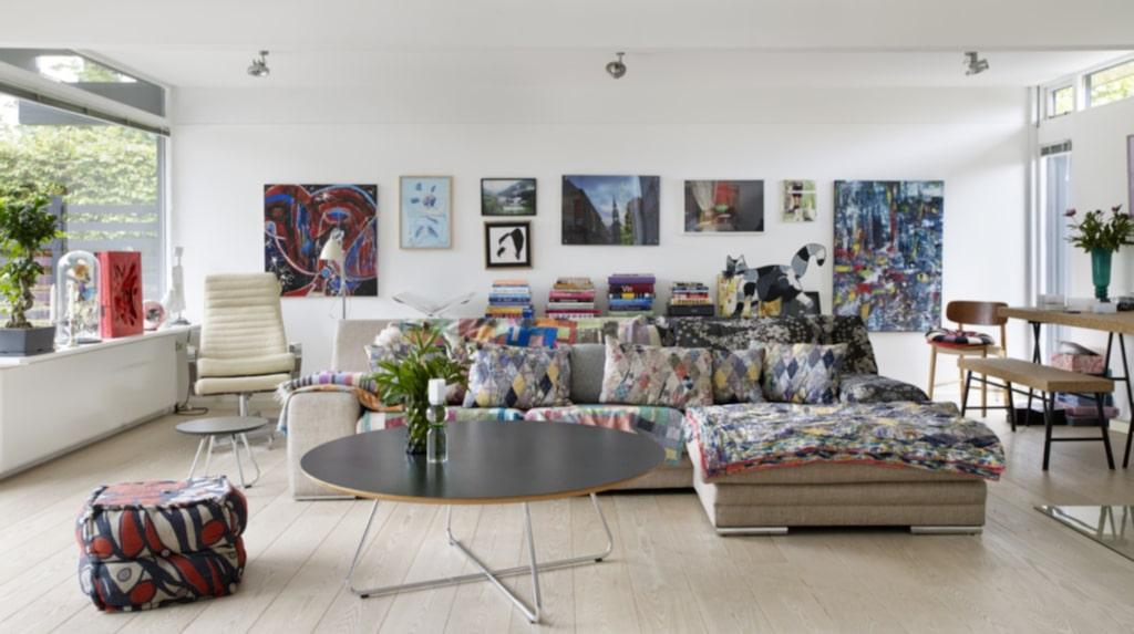 <p>På soffan från Ilva ligger indiska täcken i härliga färger och mönster. Cremefärgad fåtölj från Boolia. Runt soffbord Cocoon från Design by us.<br></p>