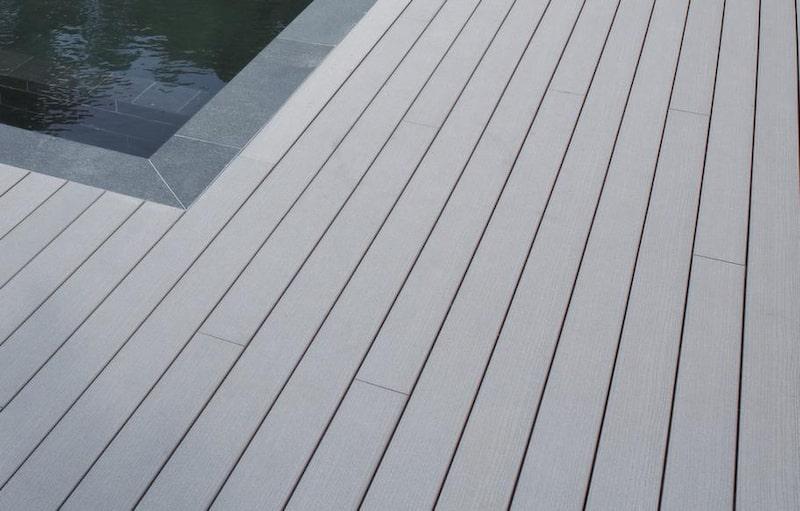 KOMPOSIT<br>Timbertech är ett kompositmaterial, en blandning av plast och trä. Färgen grånar inte.