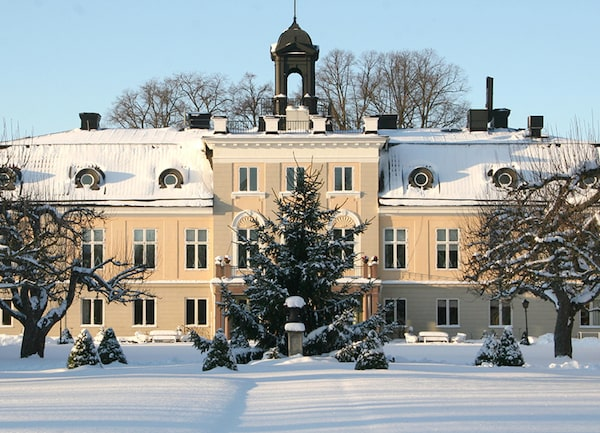 Södertuna Slott och dess vintriga engelska trädgård.
