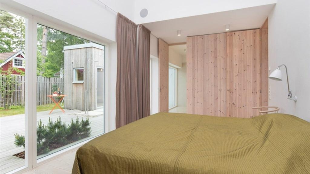 Sovrum med utsikt över trädgården.