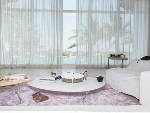 Familjens vardagsrum går i italiensk och svensk design och har mycket inredning från Svenskt Tenn.