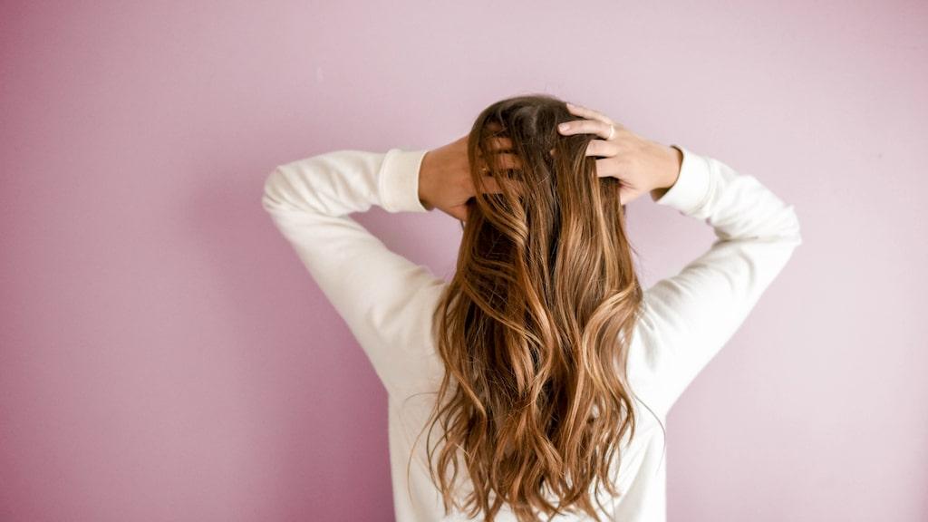 Bli av med build-ups i håret med hjälp av ett djuprengörande schampo eller skrubb.