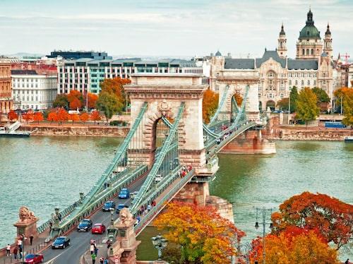 Till upplägget kan Budapest påminna om Prag, båda tudelade städer av en flod.