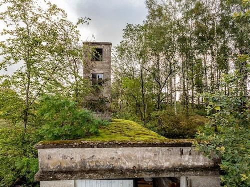 Gömd i snårskogen i Slätteröd i Skåne ligger Stenbergets brandstation som sedan många år stått övergiven.