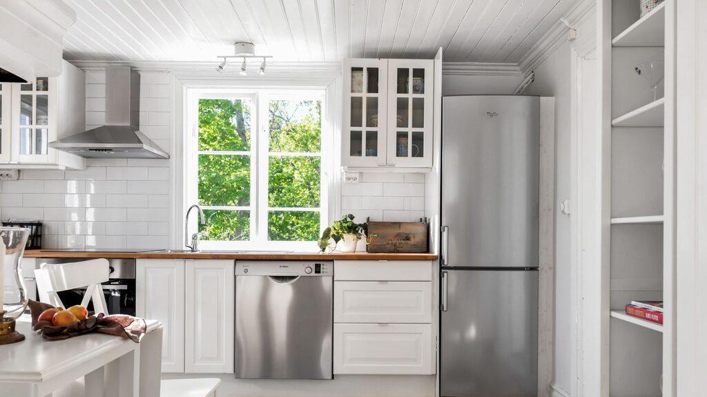 Köket i gästhuset är inrett i modern lantlig stil.